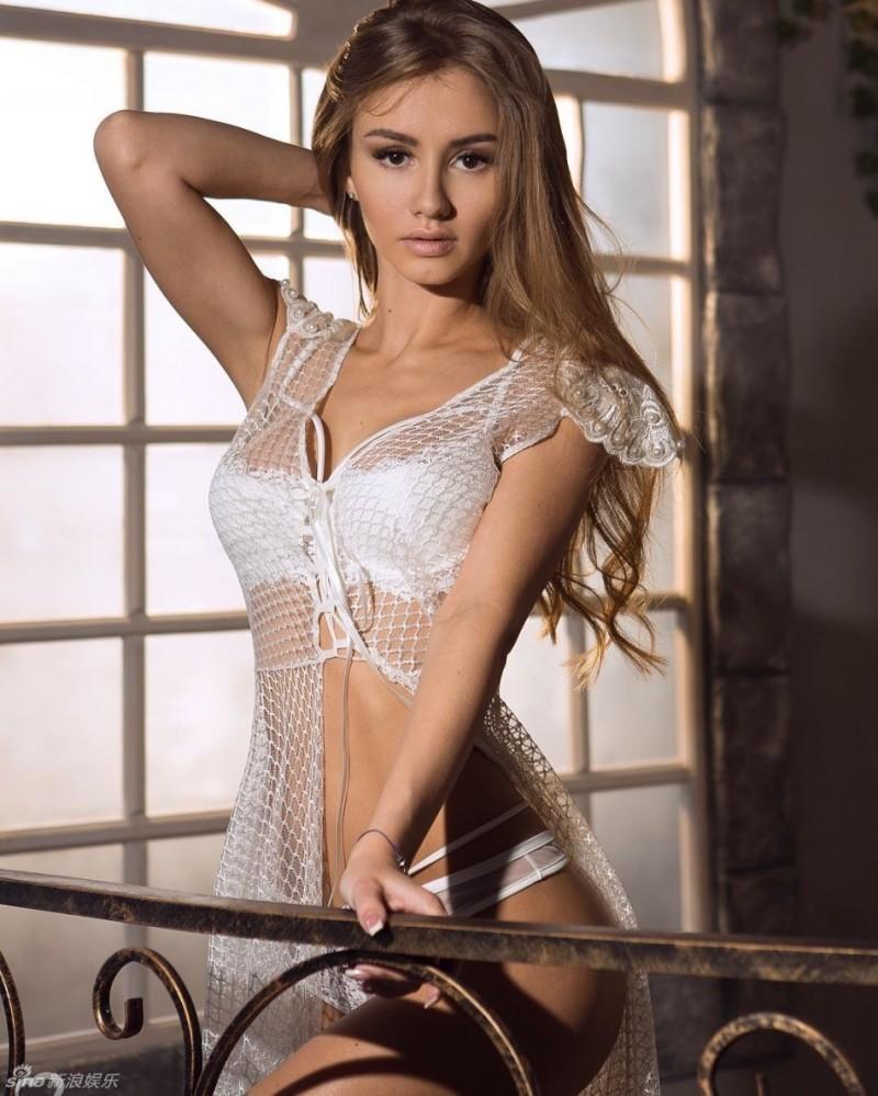 【波多野结衣】俄罗斯辣模面容精致似娃娃 前凸后翘性感
